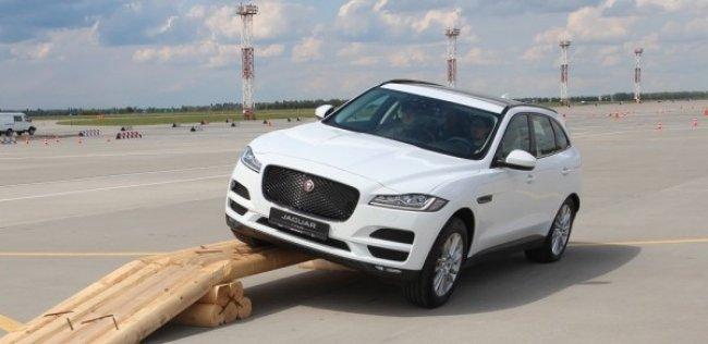Новый Jaguar F-Pace презентовали на взлетной полосе