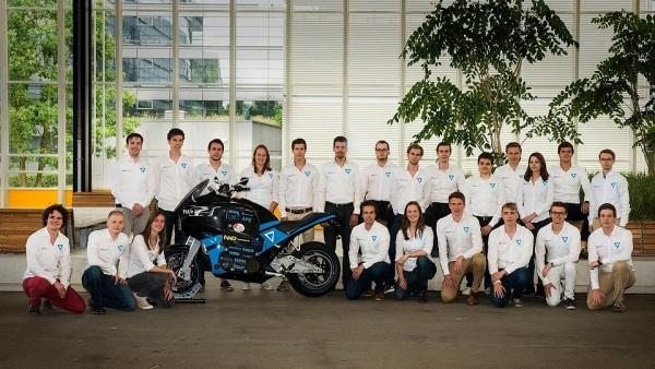 Абитуриенты приняли решение объехать вокруг света на электромотоцикле за 80 суток