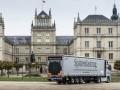 «Мерседес» доставил королеве Великобритании рождественскую елку - фото 6