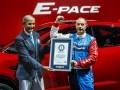 Jaguar E-Pace попал в Книгу Гиннесса за самую длинную «бочку» в мире - фото 3