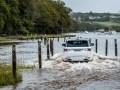 Гибридный Range Rover Sport посоревновался в скорости с двумя пловцами - фото 12