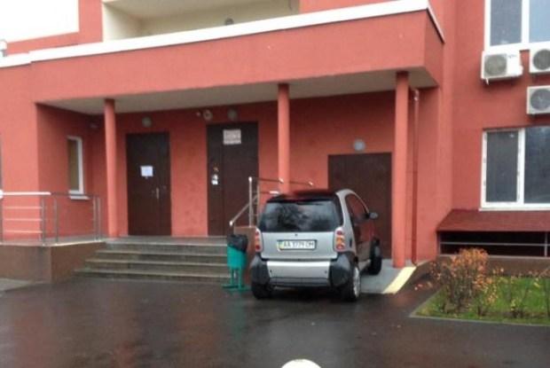 Водитель попытался припарковаться в подъезде