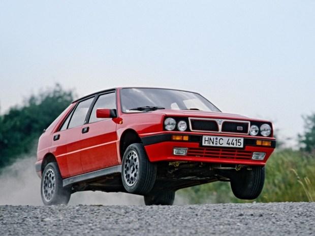 Полноприводная Lancia Delta HF Integrale 16v оснащалась 2,0-литровым турбомотором мощностью 200 сил (298 Нм). Разгон до «сотни» у машины занимал 5,7 секунды.