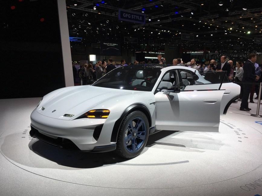 Компания Порше представила электрический универсал наженевском автомобильном салоне
