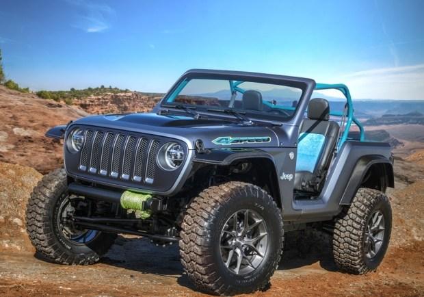 Jeep 4SPEED оснащается новой 2,0-литровой «турбочетверкой». Задняя часть кузова превращена в багажное отделение, а подножки сделаны из перфорированного алюминия.