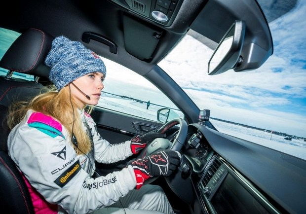 Микаэла Алин-Коттулински за рулем Seat Ateca во время рекордной попытки