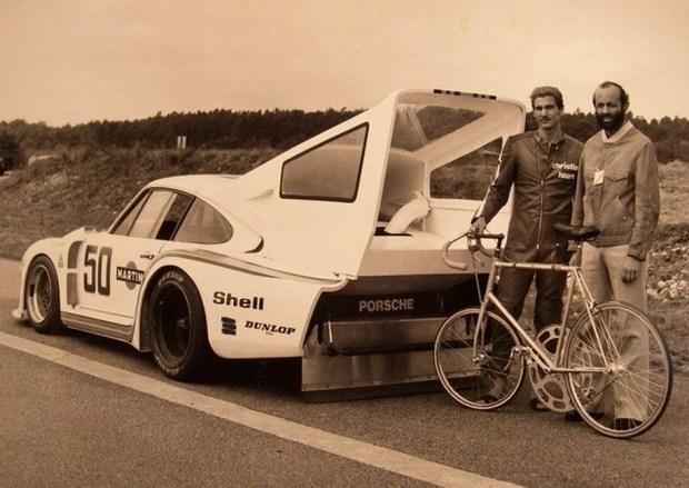 Велосипедист Жан-Клод Рюде вместе с пилотом Porsche Анри Пескароло (справа) перед рекордной попыткой