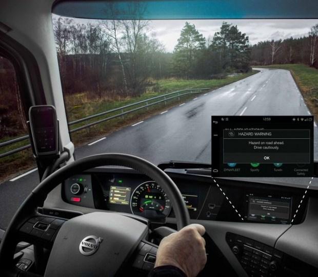 Когда грузовик Volvo получает сигнал об опасной ситуации на дороге, на приборной панели появляется предупреждение. Это позволяет водителю сбросить скорость, изменить курс в соответствии с текущей дорожной ситуацией и избежать столкновения.