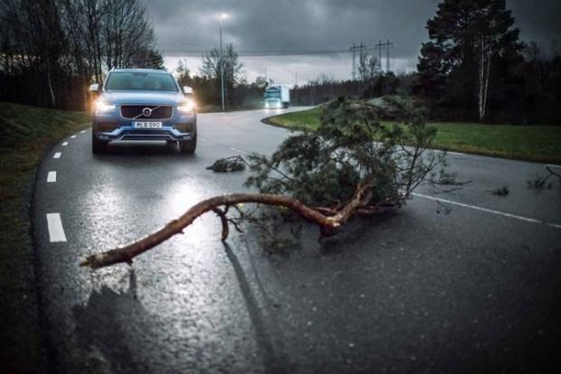 Сервис Connected Safety позволяет легковым автомобилям и грузовикам Volvo, подключенным к системе, предупреждать друг друга об опасных ситуациях на дороге. Это становится возможным благодаря обмену данными о безопасности между облачными сервисами Volvo Trucks и Volvo Cars.
