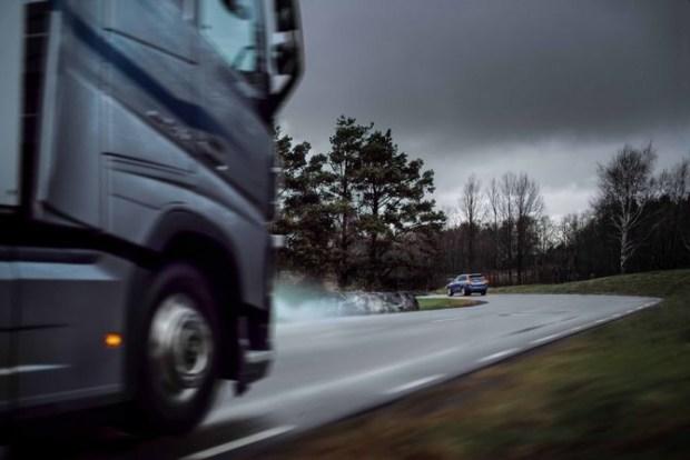 Автомобиль, неподвижно стоящий на обочине, например, в пробке, рискует стать участником заднего столкновения. Риск значительно возрастает в условиях плохого обзора, например, на резких поворотах дороги. Поскольку Volvo Trucks and Volvo Cars теперь обмениваются данными о безопасности между своими облачными сервисами, грузовики и легковые автомобили Volvo могут предупреждать друг друга об опасностях на дороге.