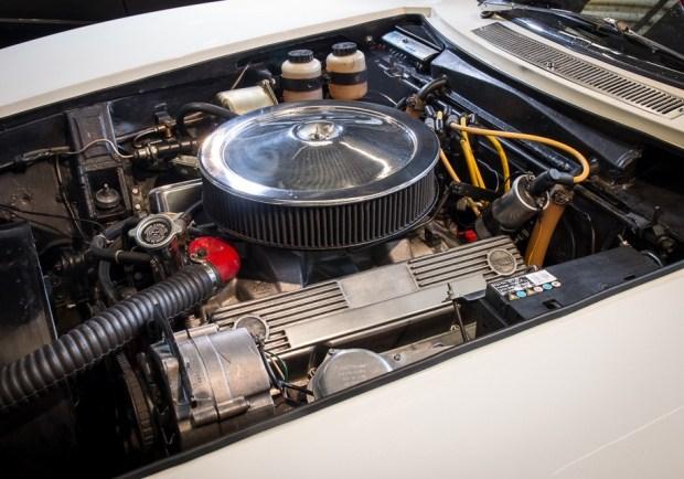 Двигатель Chevrolet V8 объемом 327 кубических дюйма, или 5,3 литра