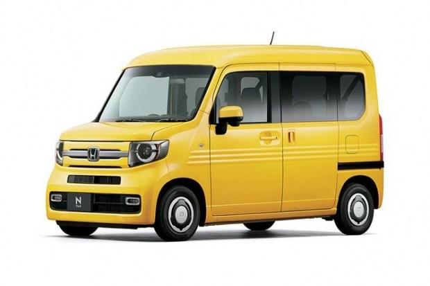 Honda N-VAN в версии Fun отличается иной оптикой, передним бампером и высокой крышей.
