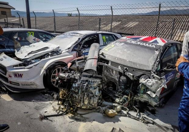 Volkswagen Golf Роберта Хаффа после аварии. Позади — поврежденный Hyundai i30 Теда Бьорка