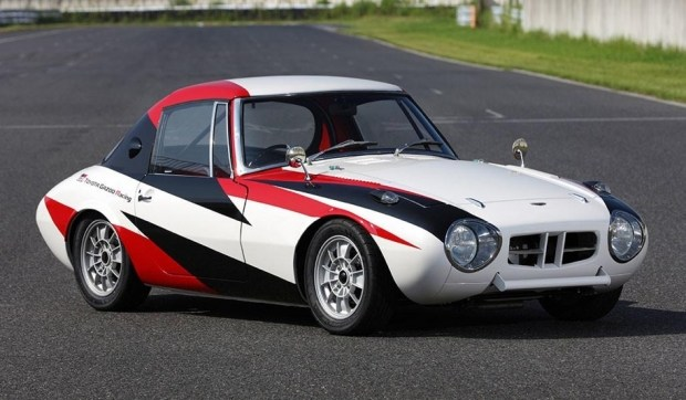 Один из вариантов ливреи Toyota Gazoo Racing на классическом спорткаре Toyota Sports 800.