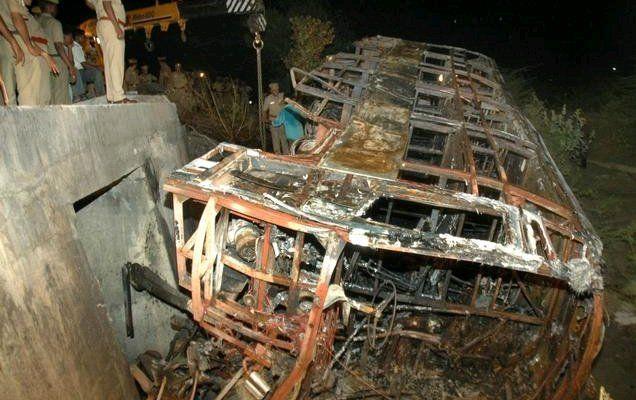 Катастрофа в Индии : более 20 людей сгорели заживо в пассажирском автобусе (ФОТО)