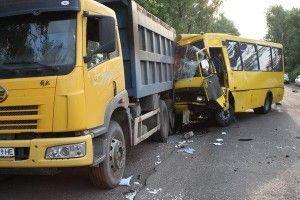 ДТП в Донецкой обл. : в Харцызске маршрутка протаранила тяжелый грузовик - пострадали 17 людей (ФОТО)