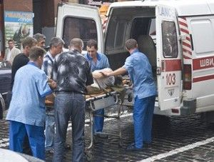 ДТП в Киеве : на Прорезной внедорожник Mercedes ML сбил женщину на тротуаре, вдавив ее в стену дома (ФОТО)