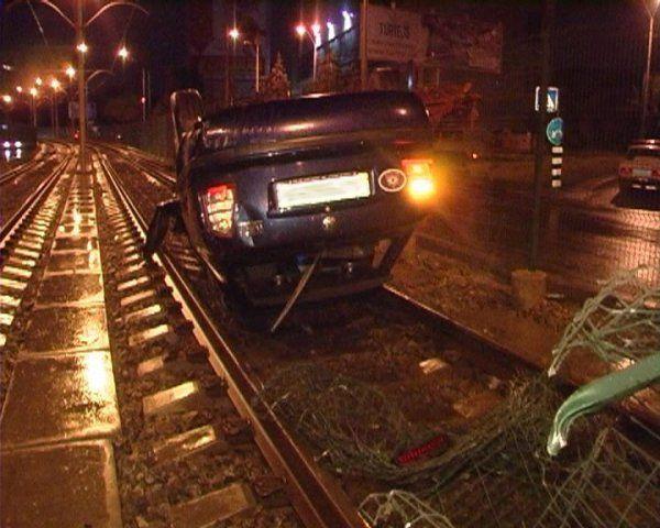 ДТП в Киеве : Skoda снесла ограждение трамвайных путей и вылетела на рельсы , по которым ехал трамвай (ФОТО)