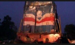 Индия : в ДТП свадебный автобус раздавил поезд - около 30 погибших в жуткой аварии