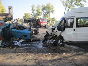 Маршрутка въехала в трактор – пятеро в больнице