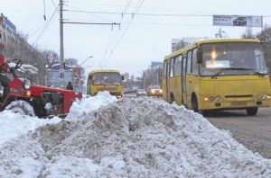 В Киеве автолюбители маршруток опасаются наскакать на людей, троллейбусы колотят током, а автомашины и деревья утопают в лужах