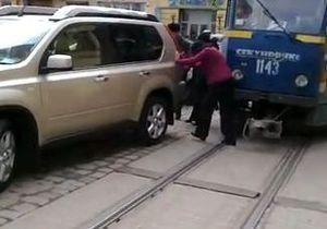 Во Львове стоящий авто блокировал перемещение трамваев