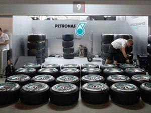 На Гран-при Англии гонщики Формулы-1 испытают более твердые покрышки
