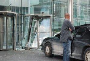 26-летний автолюбитель въехал в главные двери General Motors