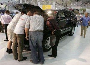 Азаров предлагает окружить автомашины 40% налогом