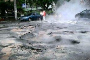 В центре Киева сформировались большие ямы: жители города удирают с места Чепэ