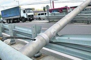 Упавшие столбы обездвиживали перемещение автомашин в Киеве