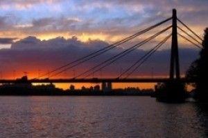 В Киеве 2 человека, забравшись на высочайшую точку Столичного моста, спровоцировали пробку