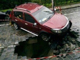 На Подольском опускании сорвалась автодорога, перемещение парализовано