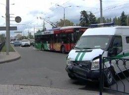 В центре Донецка инкассаторская автомашина, заполненная денежными средствами, врезалась во кроссовер