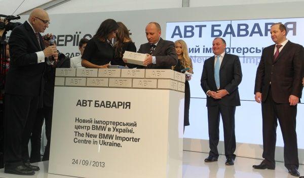 БМВ 4 серии купе и X5 появились на месте нового импортерского центра
