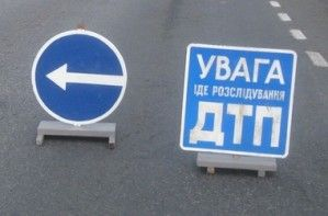В Харькове телега врезалась в дерево и разбилась на 2 части
