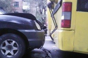 В Киеве на светофоре кроссовер залетел в троллейбус с людьми