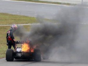 Причиной пожара на автомашине Уэббера оказался масленый радиатор
