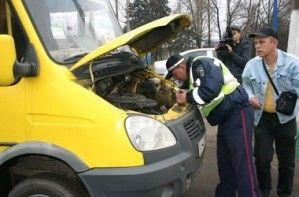 В Донецке сотрудники ДПС исследовали поход по маршруткам: разделенные стекла и потертые шины