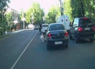 Московский водитель сбил человека, проверил повреждения своего автомобиля и уехал