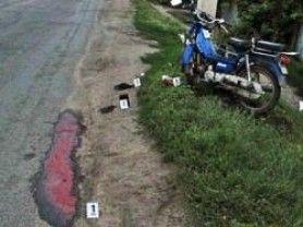 ДТП в сумской области: двое на мопеде врезались в столб