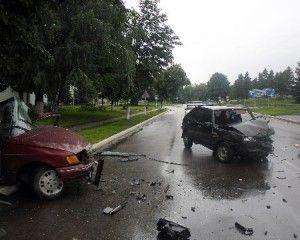 ДТП в сумской области: ВАЗ уничтожил Ford Scorpio - пострадали трое