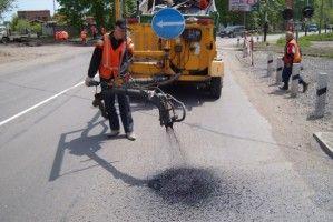 Дорожники залатали уже половину дорог Украины