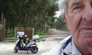 Старик старался убежать от милиции на скутере