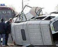 В Украине грузовой автомобиль упал с моста на маршрутку