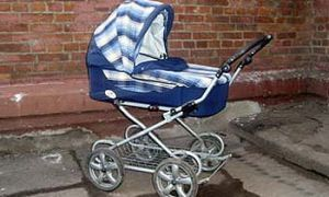 В центре Города Москва авто сшиб коляску с ребенком и укрылся