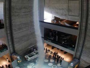 В музее Мерседес-Бенц вселился синтетический торнадо