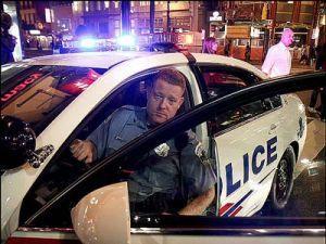 Свежие сотрудники полиции сирены принуждают вибрировать машины