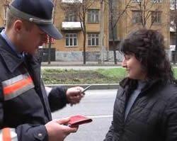 Запорожская Государственная автоинспекция распространяет автолюбителям подарки - авторучки с телефонным аппаратом доверия ГАИ
