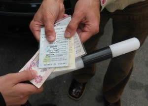 Сейчас работник ГАИ, пойманый за получение, должен будет заплатить денежный штраф 12750 - 25500 гривен.